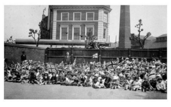 Glengall Rd School, 1920s, London Tavern in background. 28167616944